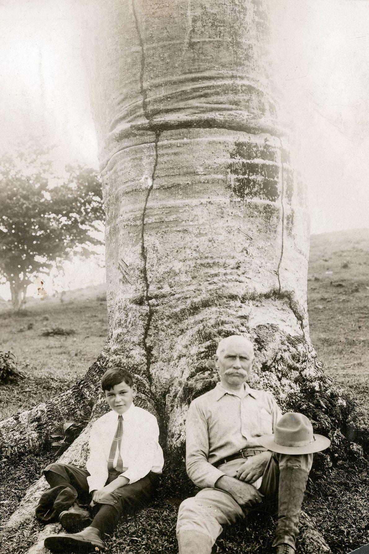 Sur cette photographie prise au début des années 1900, un écrivain et son fils posent au ...
