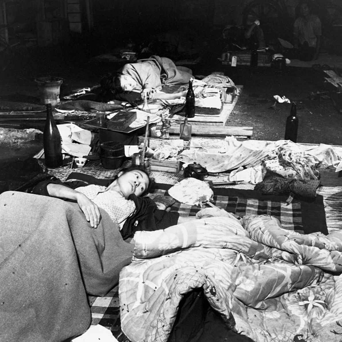 HIROSHIMA - Sur des lits de fortune improvisés sur des palettes, une mère s'assure que son ...
