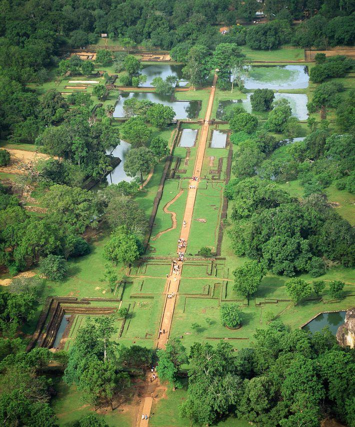 La conception du jardin sur l'esplanade ouest de Sigirîya mêle des lignes rectilignes et des formes ...