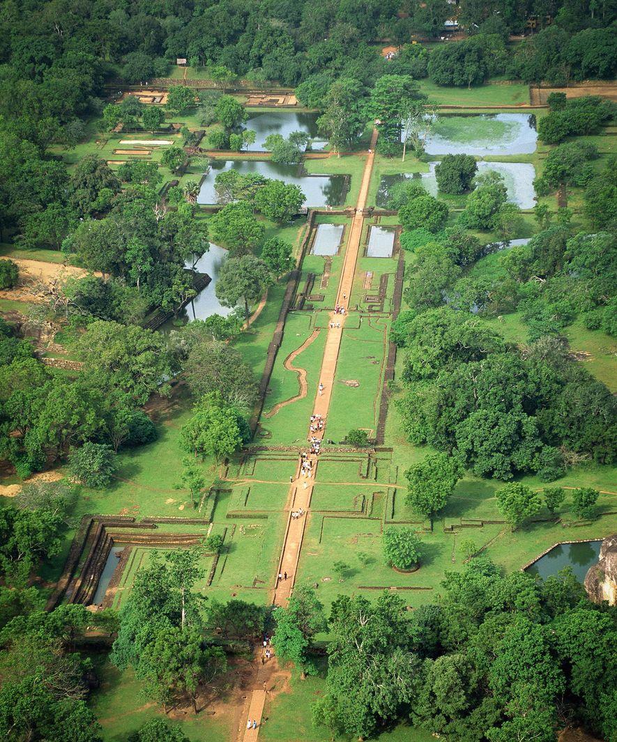 La conception du jardin sur l'esplanade ouest de Sigirîya mêle des lignes rectilignes et des formes arrondies de la nature environnante.