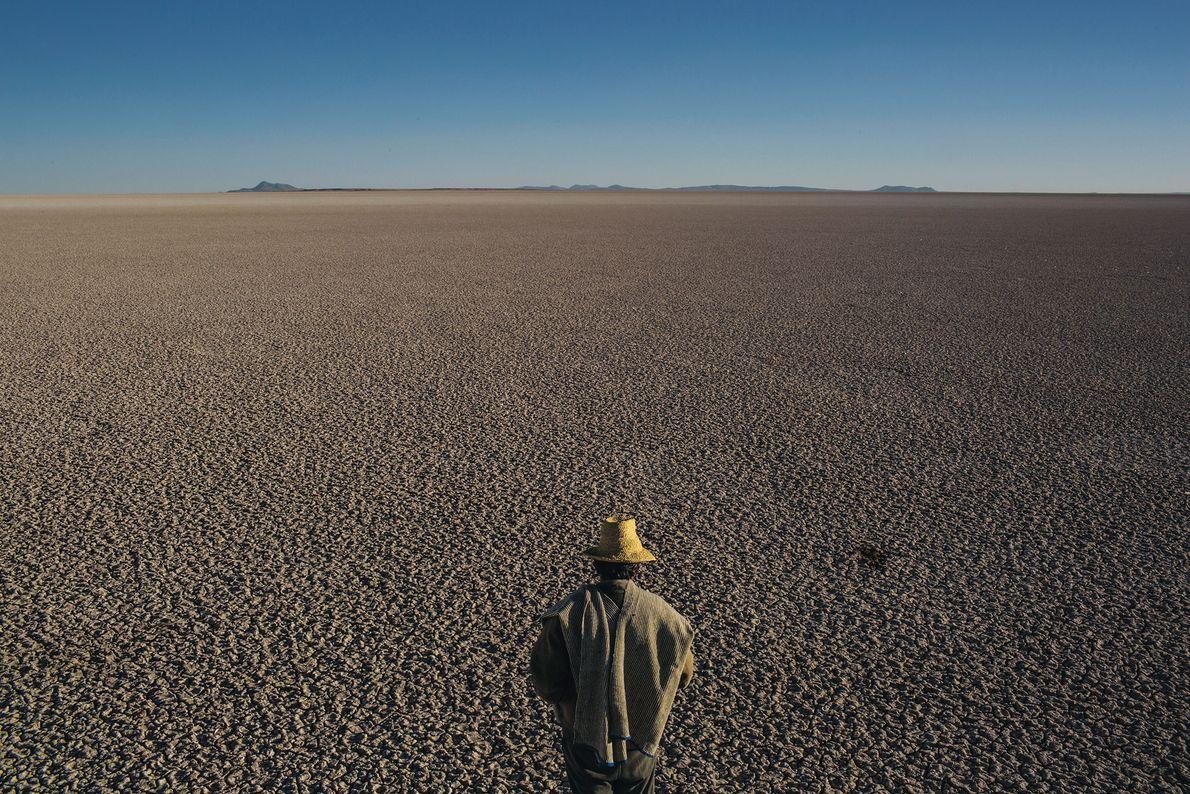 Dans les hautes plaines de Bolivie, un homme examine les restes du deuxième plus grand lac ...