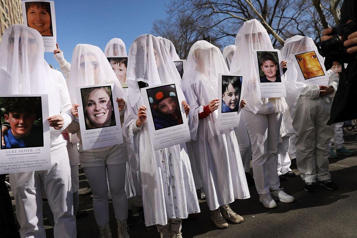 À Manhattan, des milliers de personnes ont manifesté contre les armes à feu au cours du ...