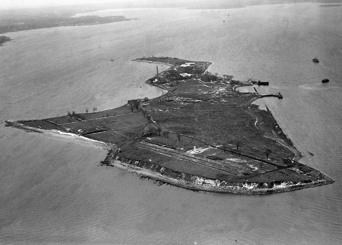 La tour blanche qui apparaît sur cette photographie aérienne prise en 1950 est un monument haut ...