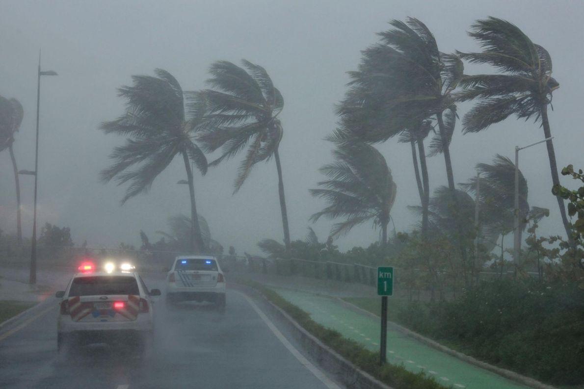 Une patrouille de police dans la zone frappée par l'ouragan Irma à Porto Rico le 6 ...