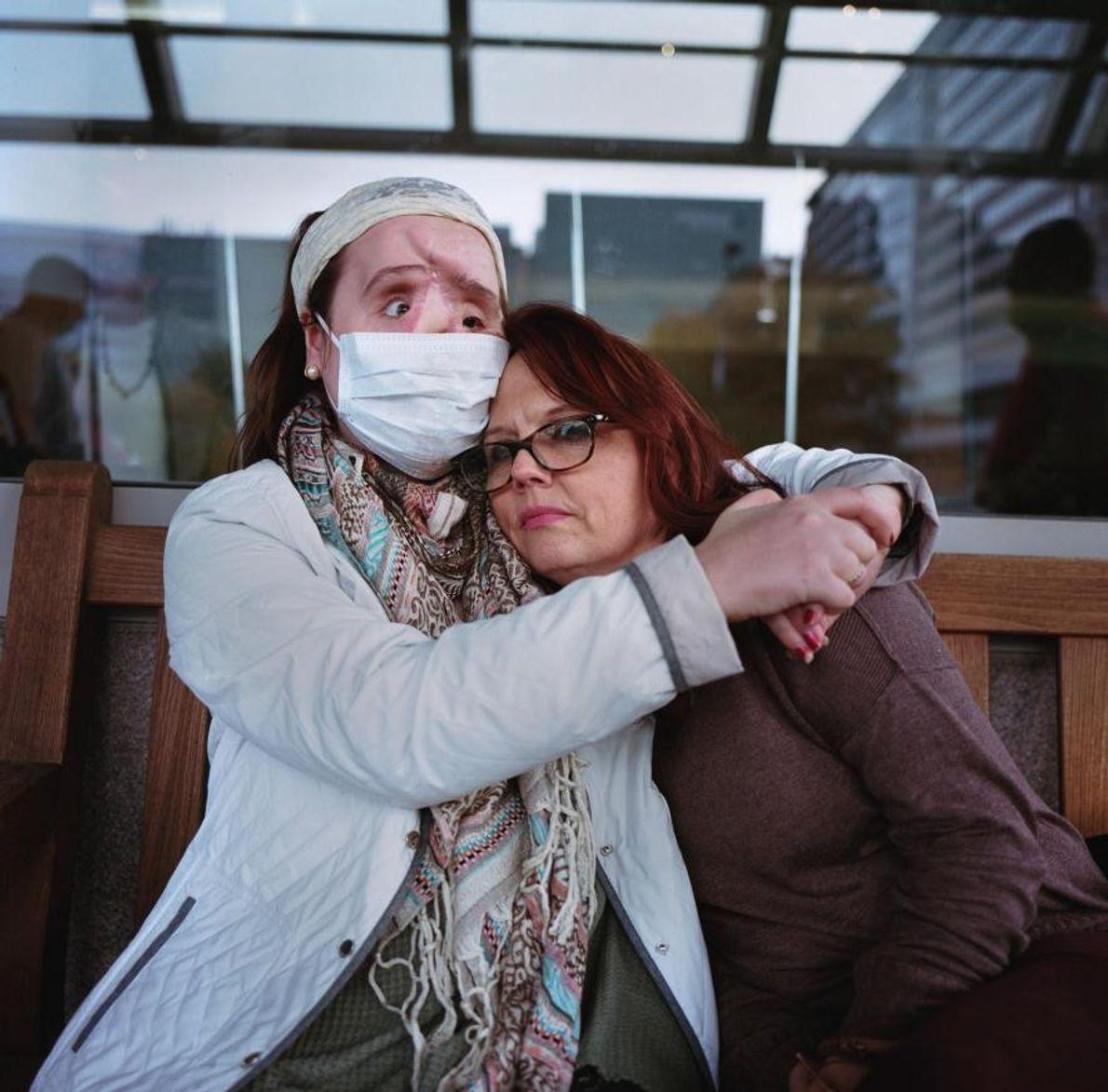 Katie prend sa mère dans ses bras devant la clinique ophtalmologique de Cleveland après un rendez-vous.