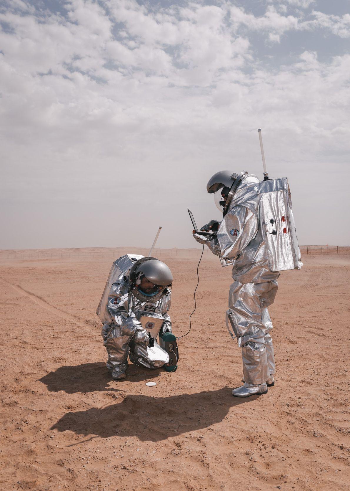 Les « astronautes analogues » Carmen Köhler et Iñigo Muñoz Elorza réalisent une expérience de l'Agence ...