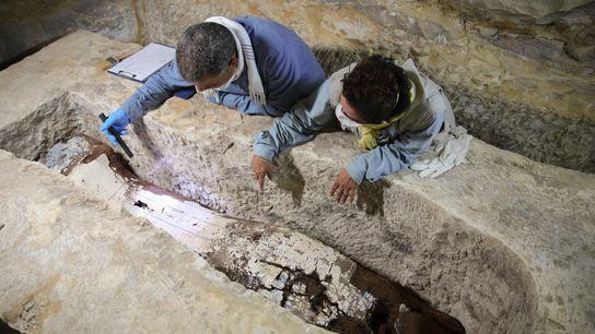 Dans une tombe au fin fond du désert, l'égyptologue Ramadan Hussein (à gauche) et l'experte en ...