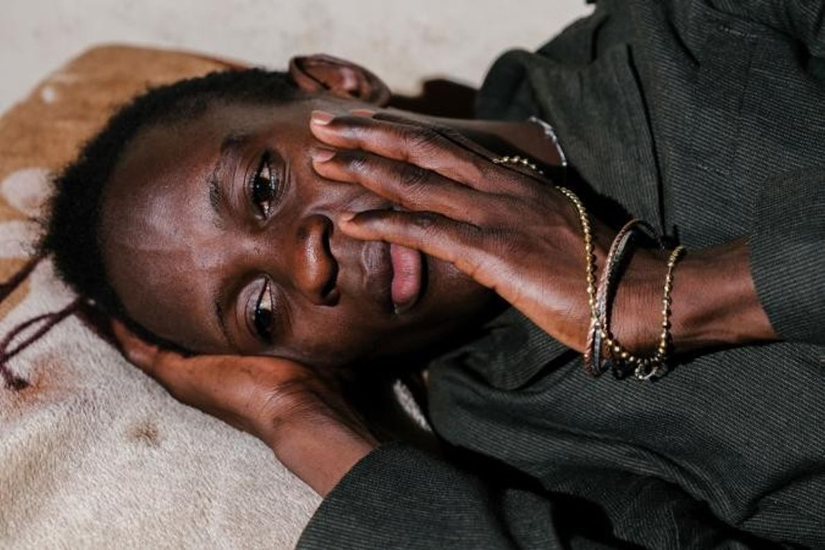 Shamim, une femme transgenre, pose dans la chambre sécurisée d'Ice Breakers Uganda, une organisation de services ...
