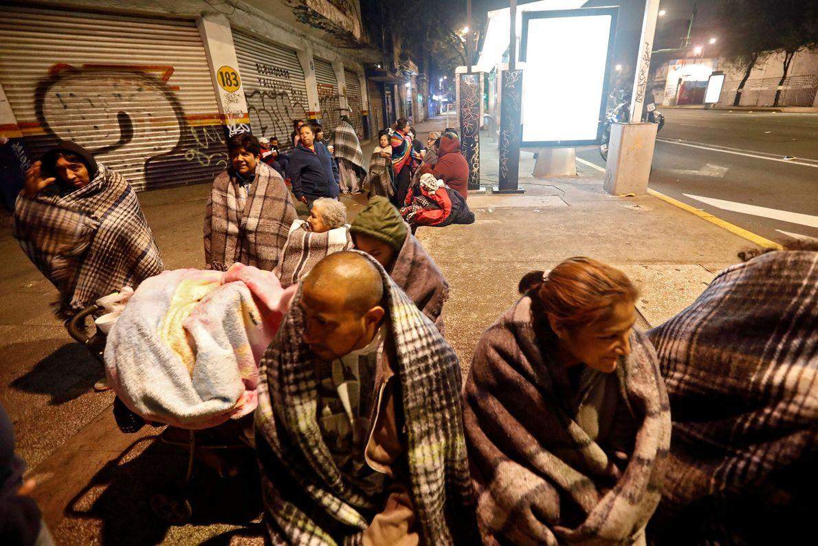 À Mexico, capitale du Mexique, des habitants se rassemblent dans la rue. Suite au séisme, environ ...