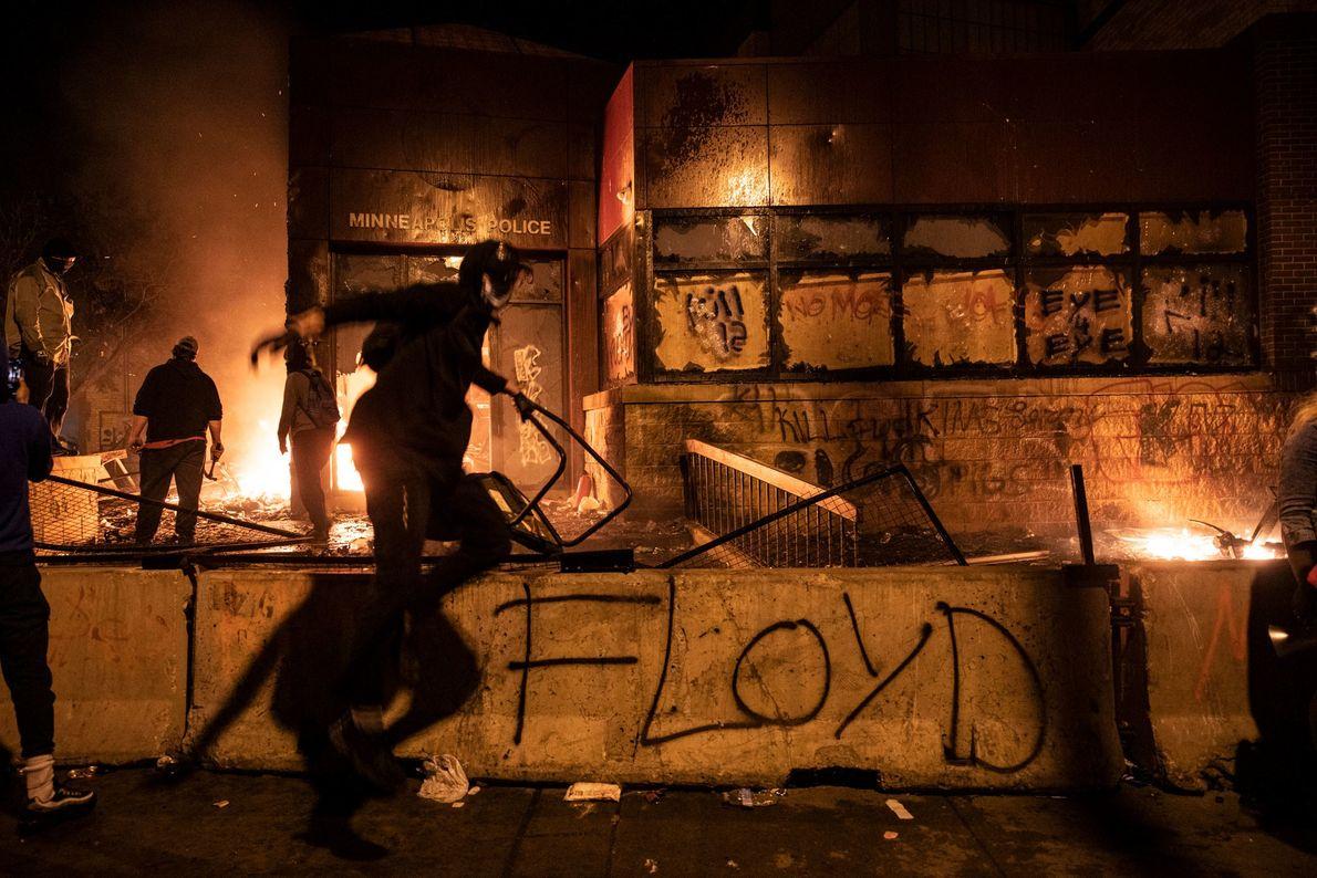 Jeudi soir, des manifestants ont mis le feu à un poste de police, incendié desvoitures dans ...