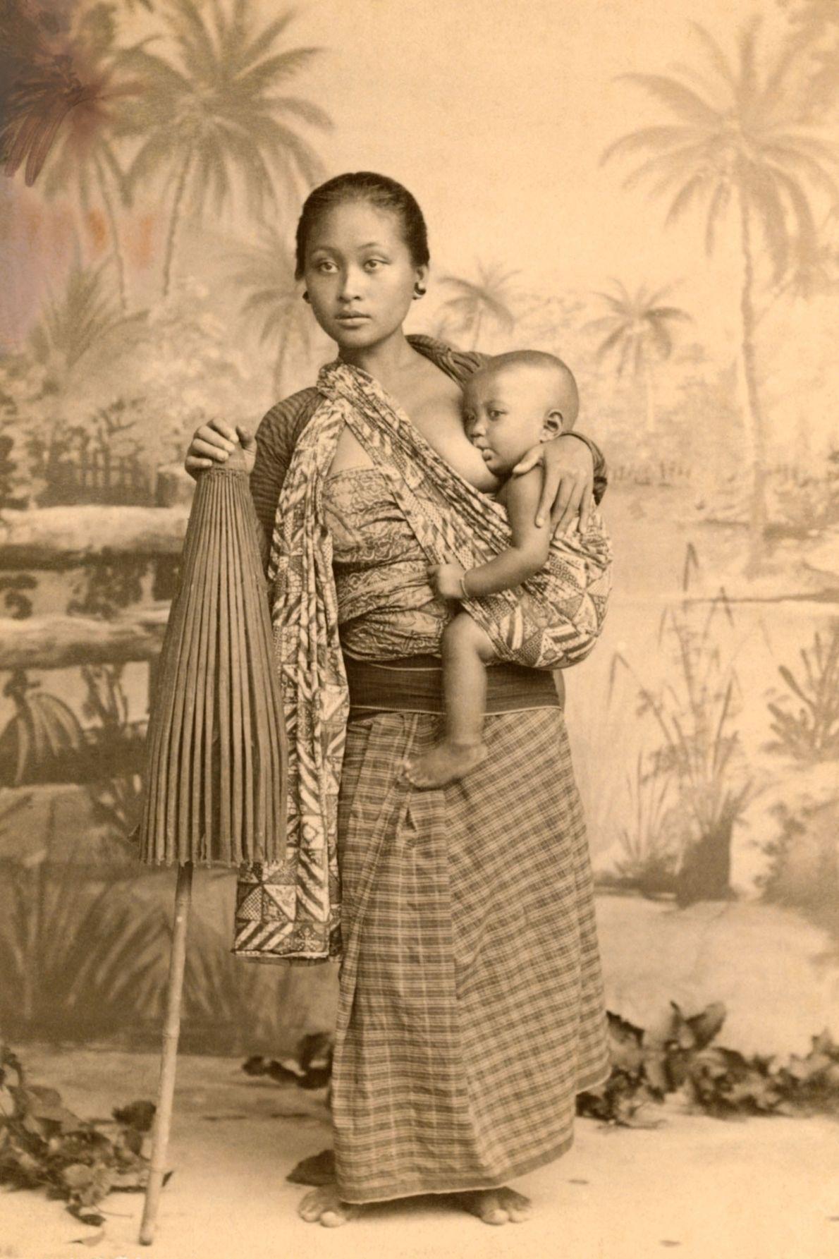 Une mère javanaise nourrit son enfant sur l'île de Java en Indonésie.