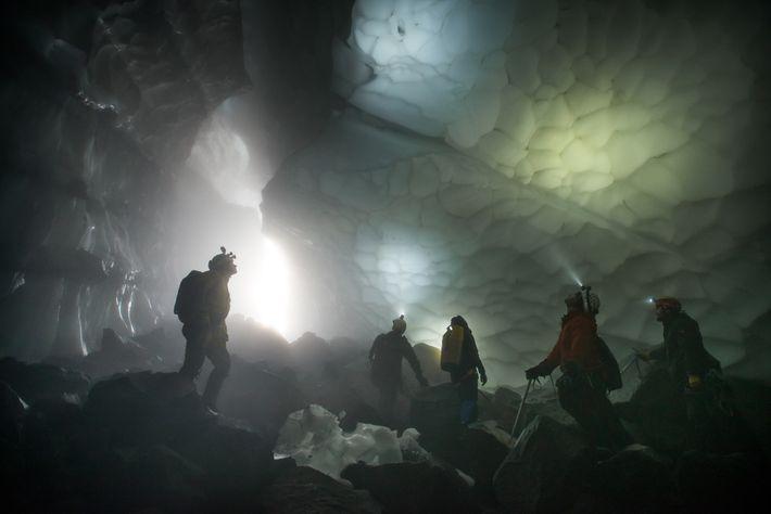 Pour la première fois, les membres de l'équipe explorent l'immensité de la grotte de la Crevasse.