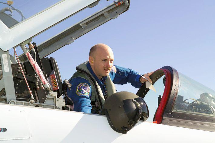 Mark Kelly se prépare pour un vol à bord d'un avion d'entraînement T-38 en 2006 près ...