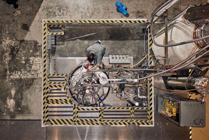 Nick Force travaille sur l'aimant principal d'ADMX, qui crée un champ magnétique environ 150 000 fois ...