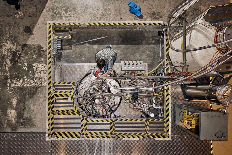Nick Force travaille sur l'aimant principal d'ADMX, qui crée un champ magnétique environ 150 000 fois plus élevé que celui de la Terre.