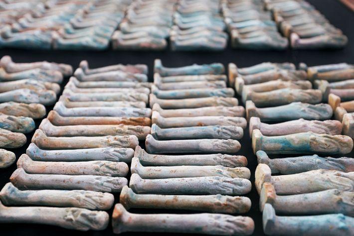 Un millier d'anciennes figurines appelées ouchabtis ont également été mises au jour. Les momies ont été ...
