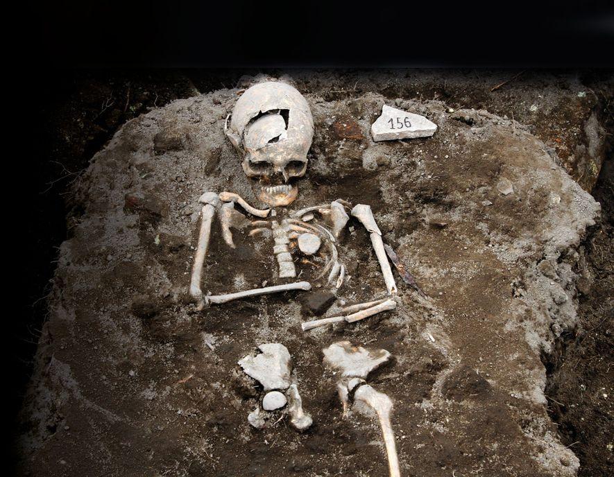 Les croyances en l'existence des vampires et les méthodes pour venir à bout de ces créatures étaient déjà d'actualité au Moyen Âge. Lorsqu'une épidémie éclatait, elle était souvent imputée aux vampires et les cadavres « suspects » étaient alors exhumés. Des squelettes ont été découverts la poitrine transpercée par un pieux en fer. D'autres avaient de grosses pierres ou des briques dans leurs bouches, une technique d'exorcisme censée empêcher le cadavre de se frayer un chemin jusqu'en surface à la force de ses dents.