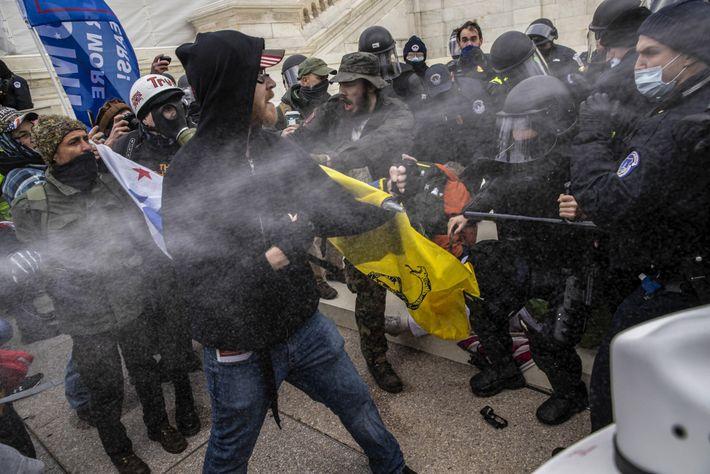 La police et les insurgés s'affrontent dans un flot de gaz lacrymogènes. Malgré les efforts des ...