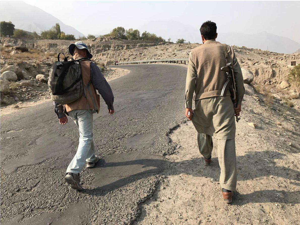 Sur quelques portions de l'itinéraire à travers le Pakistan, comme la région du Gilgit-Baltistan troublée par ...