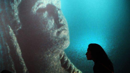 Une femme visite le Centre des sciences de Californie pendant l'exposition « Cléopâtre, à la recherche ...
