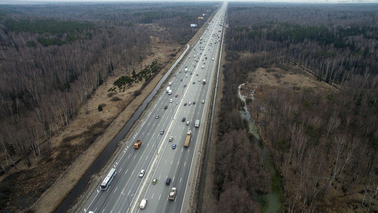 Photographie du kilomètre 98 de la MKAD, une autoroute de Moscou qui traverse le parc national ...