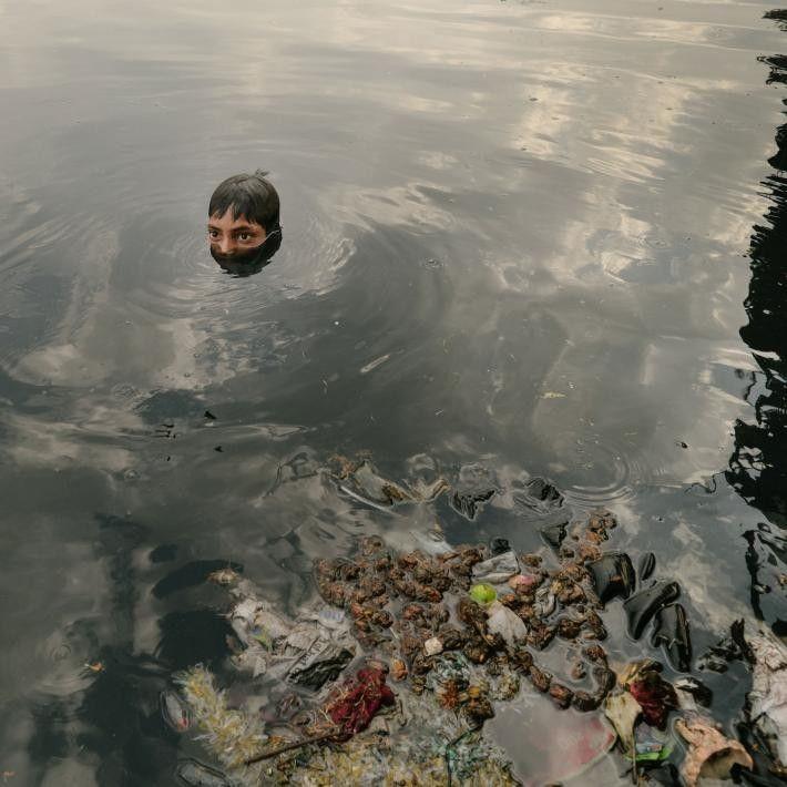Les enfants aussi jouent un rôle dans le recyclage en cherchant dans la rivière Yamuna des ...