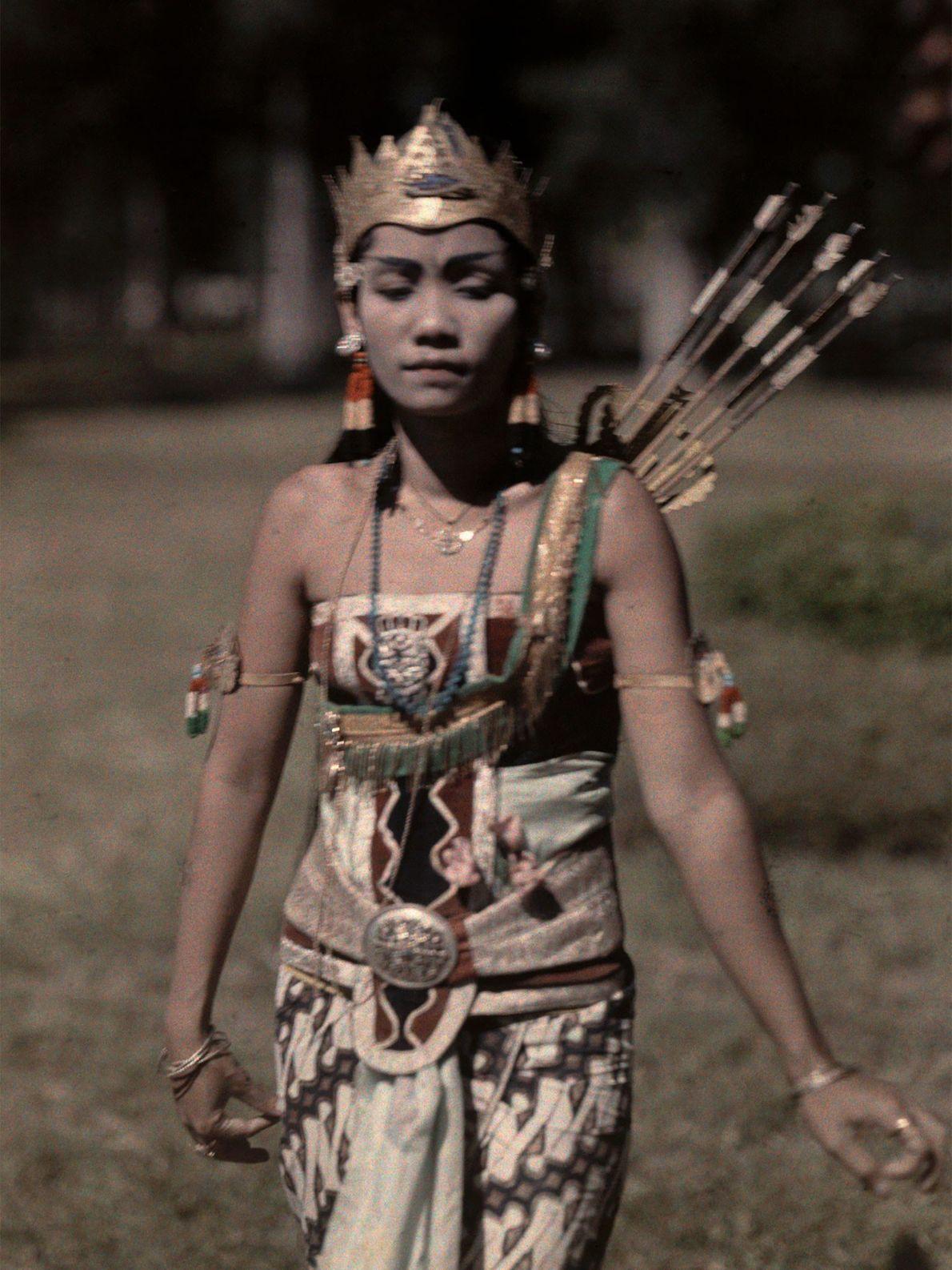 Dans un spectacle wayang à Java, en Indonésie, une femme joue le rôle d'une princesse. C'est ...