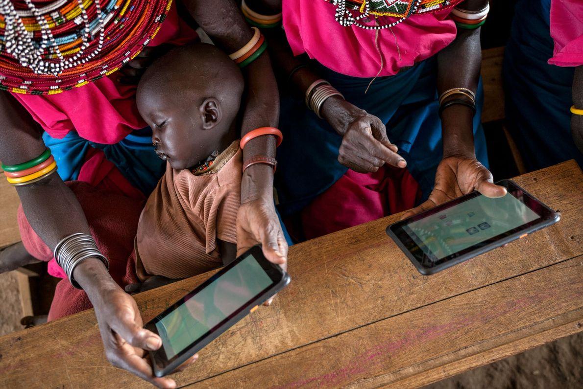 Des femmes Samburu commencent à utiliser des tablettes et apprennent ainsi à lire, écrire, ajouter, soustraire ...