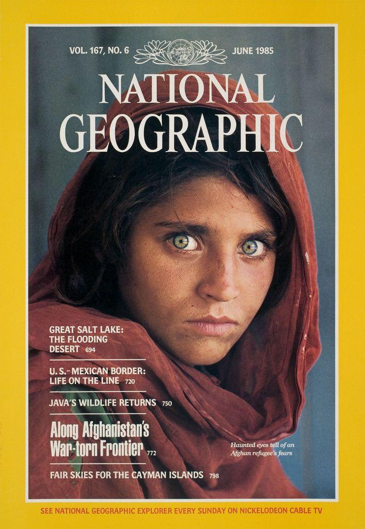 """Le numéro de juin 1985 du magazine National Geographic a rendu célèbre l'""""Afghane aux yeux verts""""."""