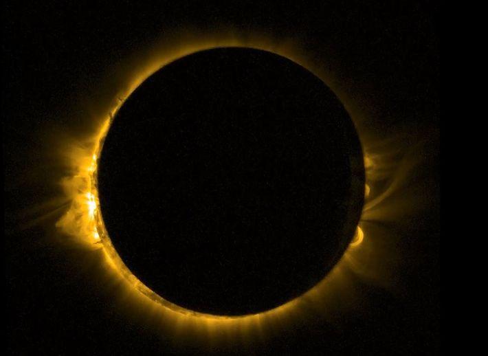 Un vaisseau spatial européen en orbite a pris ce cliché d'une éclipse lunaire en mars 2015.