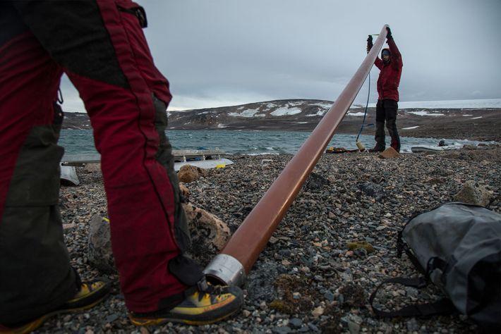 L'équipe de scientifiques prépare le tube d'extraction pour procéder aux prélèvements de boue dans le Lac.