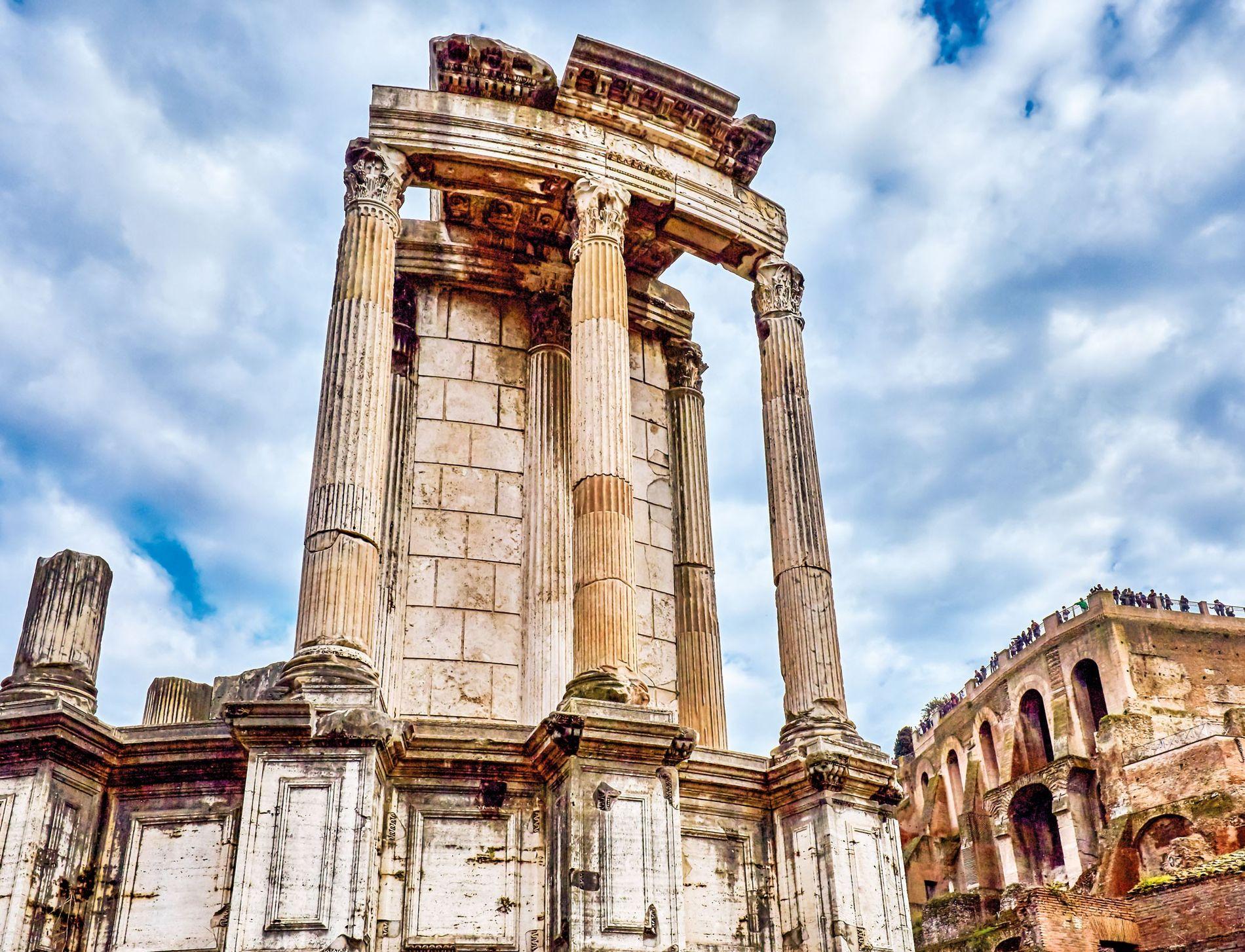 Les vestiges du Temple de Vesta se situent sur le Forum Romain. Contrairement à la plupart ...