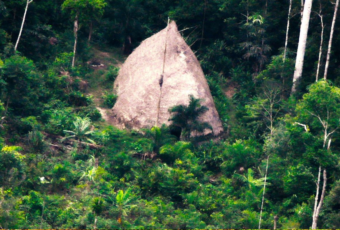 Une habitation communale ou « maloca », des Flecheiros, le Peuple de la Flèche. La photographie ...