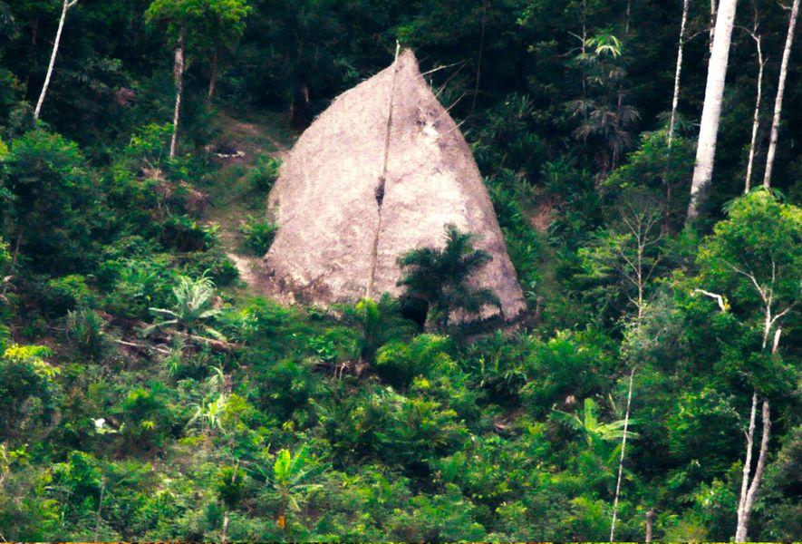 Une habitation communale ou « maloca », des Flecheiros, le Peuple de la Flèche. La photographie …