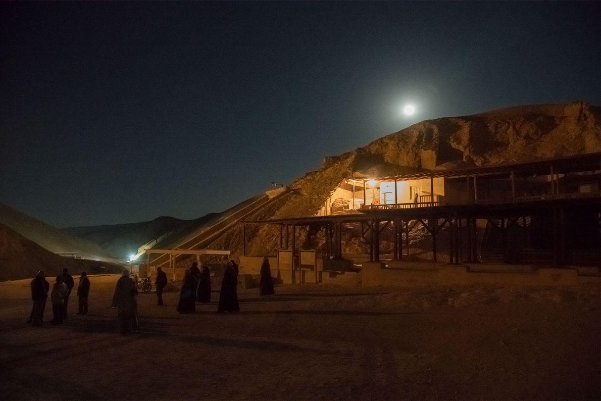 Des ouvriers se réunissent à l'extérieur du tombeau de Toutânkhamon. L'étude est conduite la nuit, lorsque ...