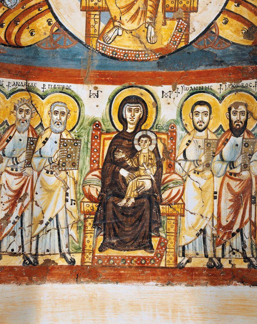 La Vierge intronisée tient Jésus sur ses genoux et est entourée par les apôtres dans cette fresque décorant une niche peinte du monastère de Bawit, au sud du Caire. Fondé par un ermite vers 385 après J.-C., le monastère déclina au IXe siècle, mais ses œuvres iconiques et vibrantes subsistent.