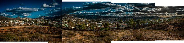 Garé en Californie, un SUV de l'US Border Patrol a une vue sur Tecate, ville mexicaine ...