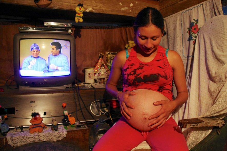 Celia, la femme du funambule de l'American Circus, deux semaines avant le terme de sa grossesse, ...