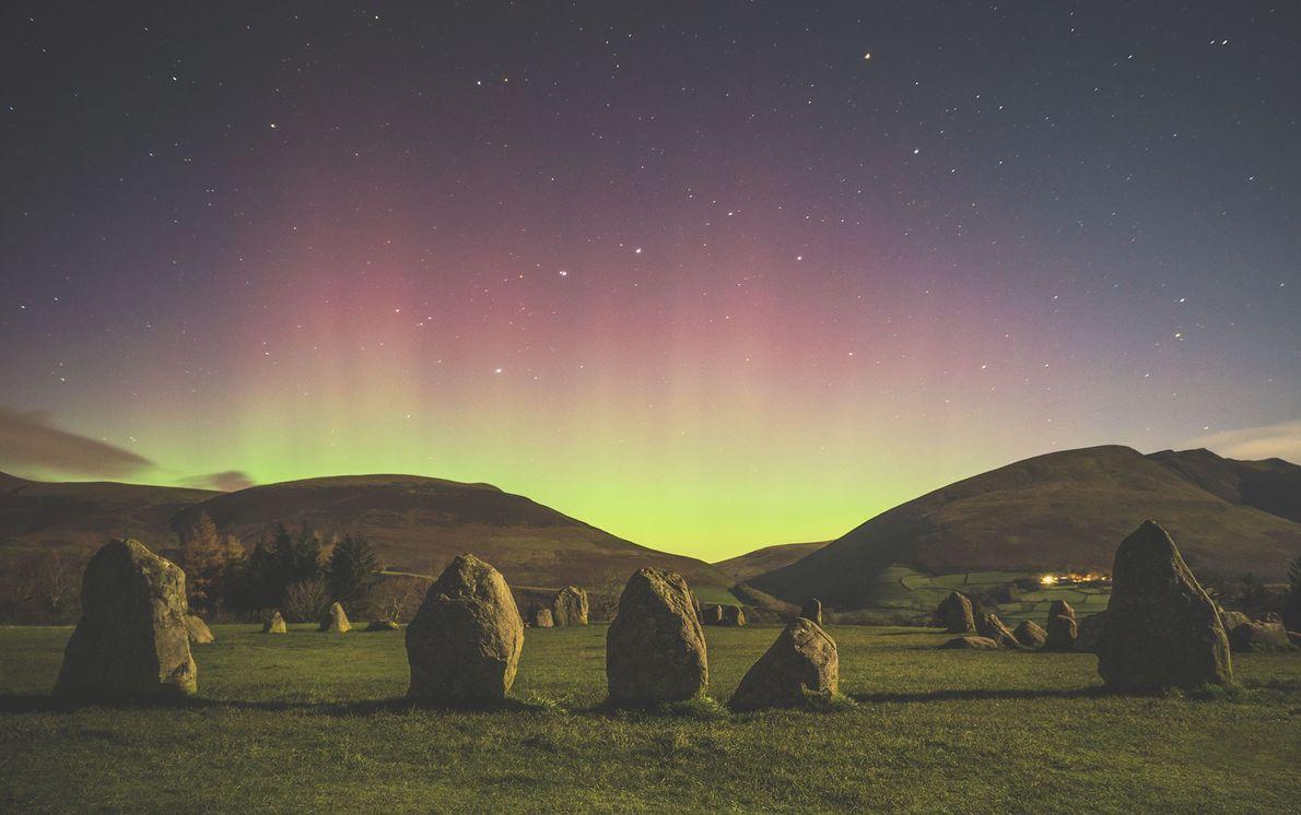 Une aurore boréale embrase les collines qui bordent le cromlech de Castlerigg dans le comté anglais ...