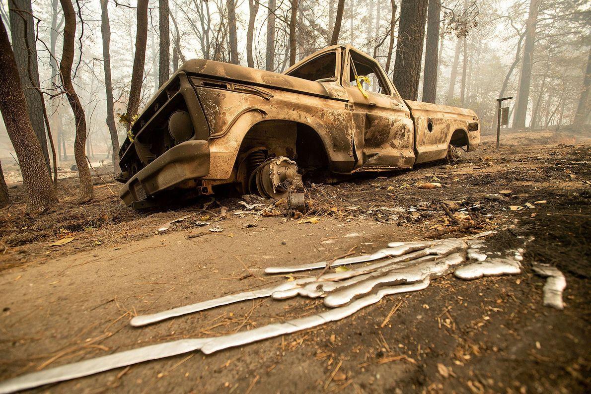 Sur cette photographie prise le 10 novembre, un pick-up calciné est garé sur le bas-côté de ...