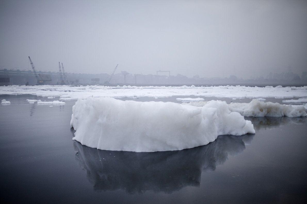 Un iceberg de mousse formé par les déchets toxiques déversés par les usines dans la rivière ...