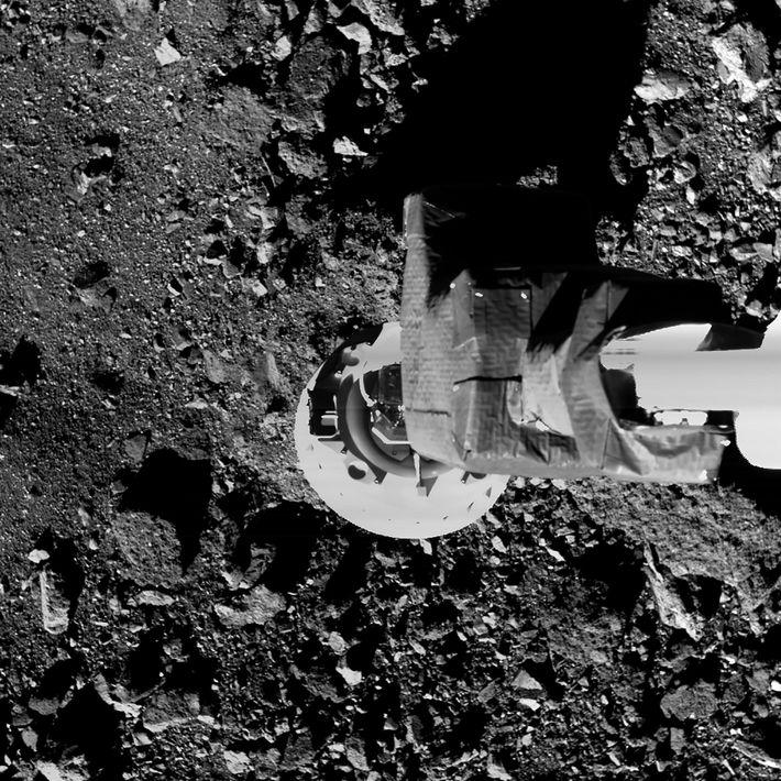 Lors d'un entraînement, le bras d'échantillonnage de la sonde OSIRIS-REx se déploie à proximité de la ...