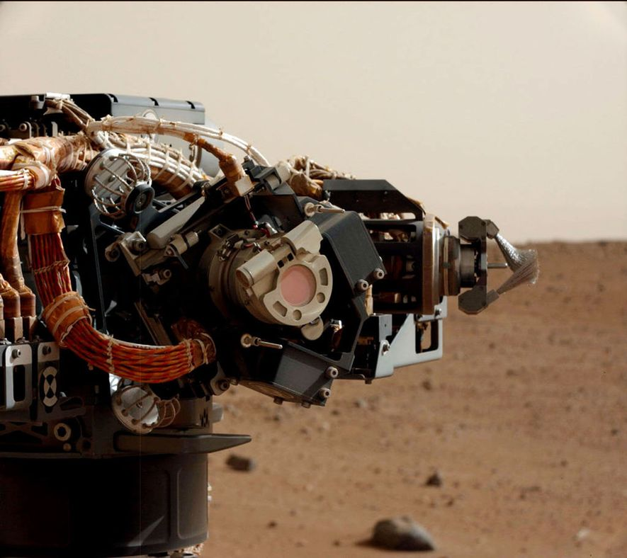 Le rover est équipé de capteurs et d'instruments pour enregistrer les données caractérisant le paysage martien. …