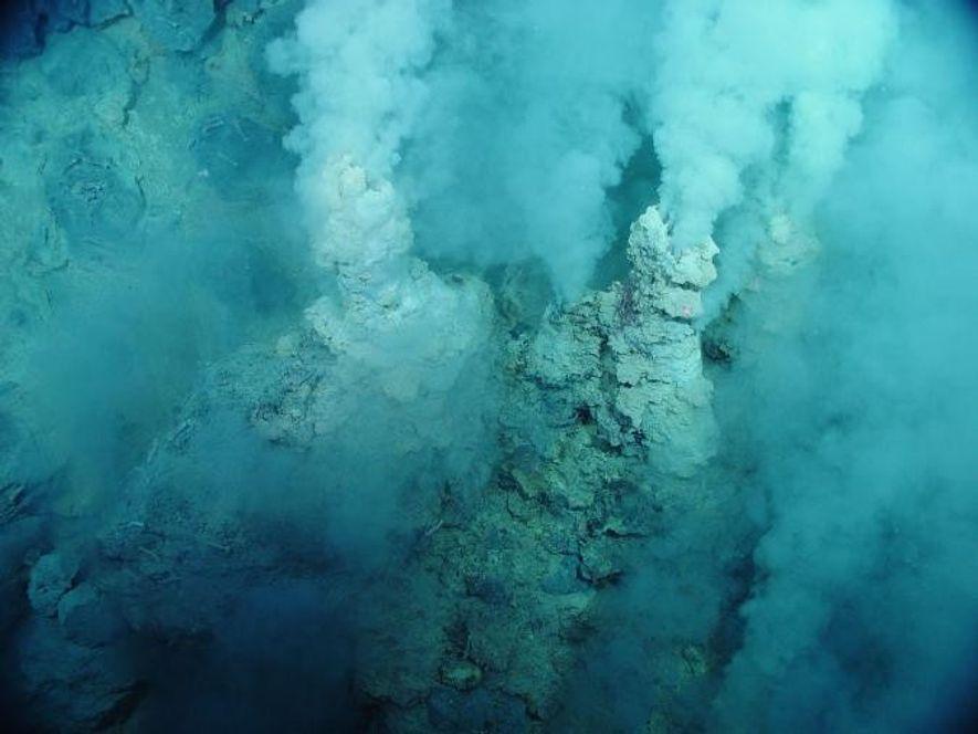 L'eau, qui ressemble à de la vapeur, est recrachée par des petites cheminées de corail dans l'ouest de l'océan pacifique.