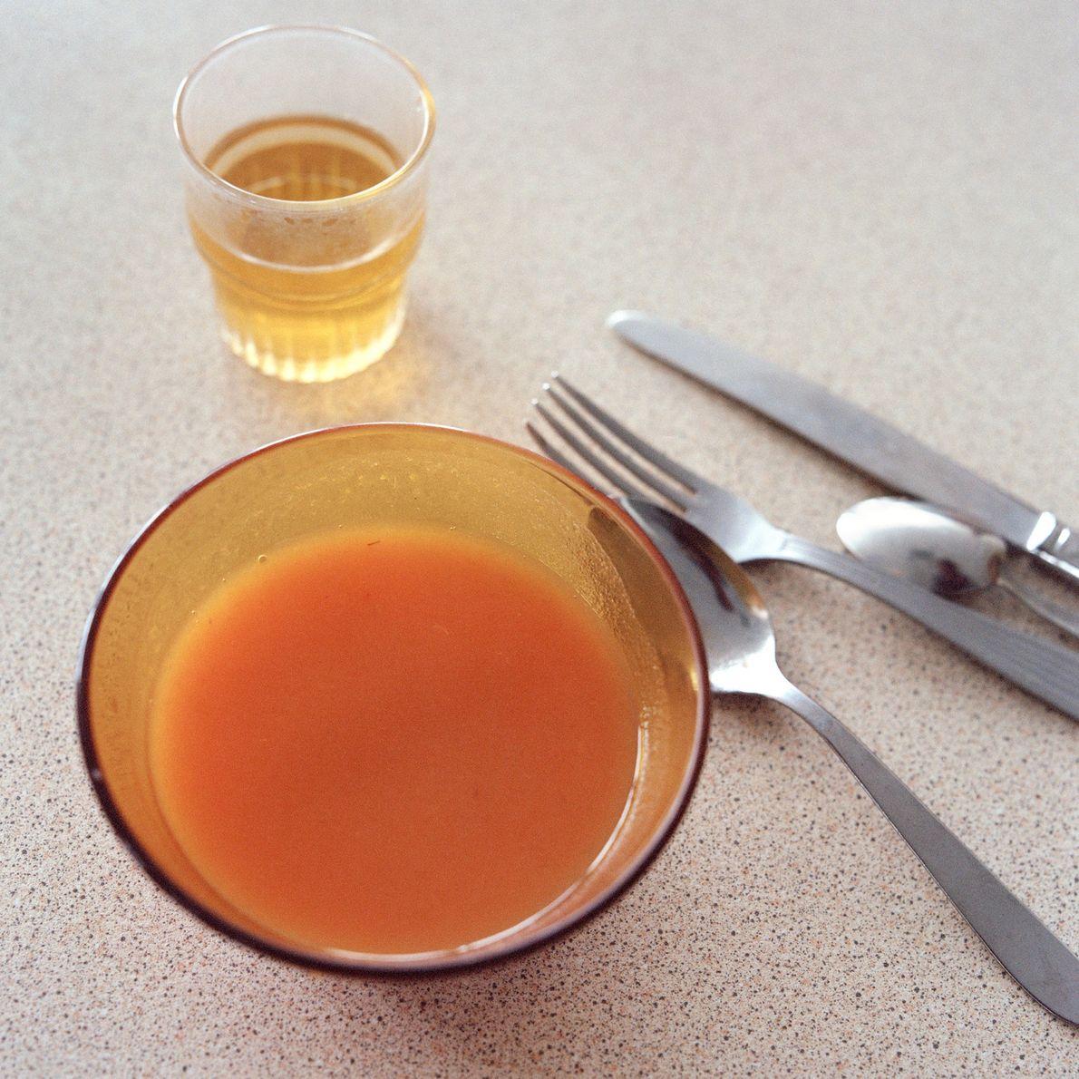 Un bol de soupe et un verre de jus d'orange, servis aux patients du département.