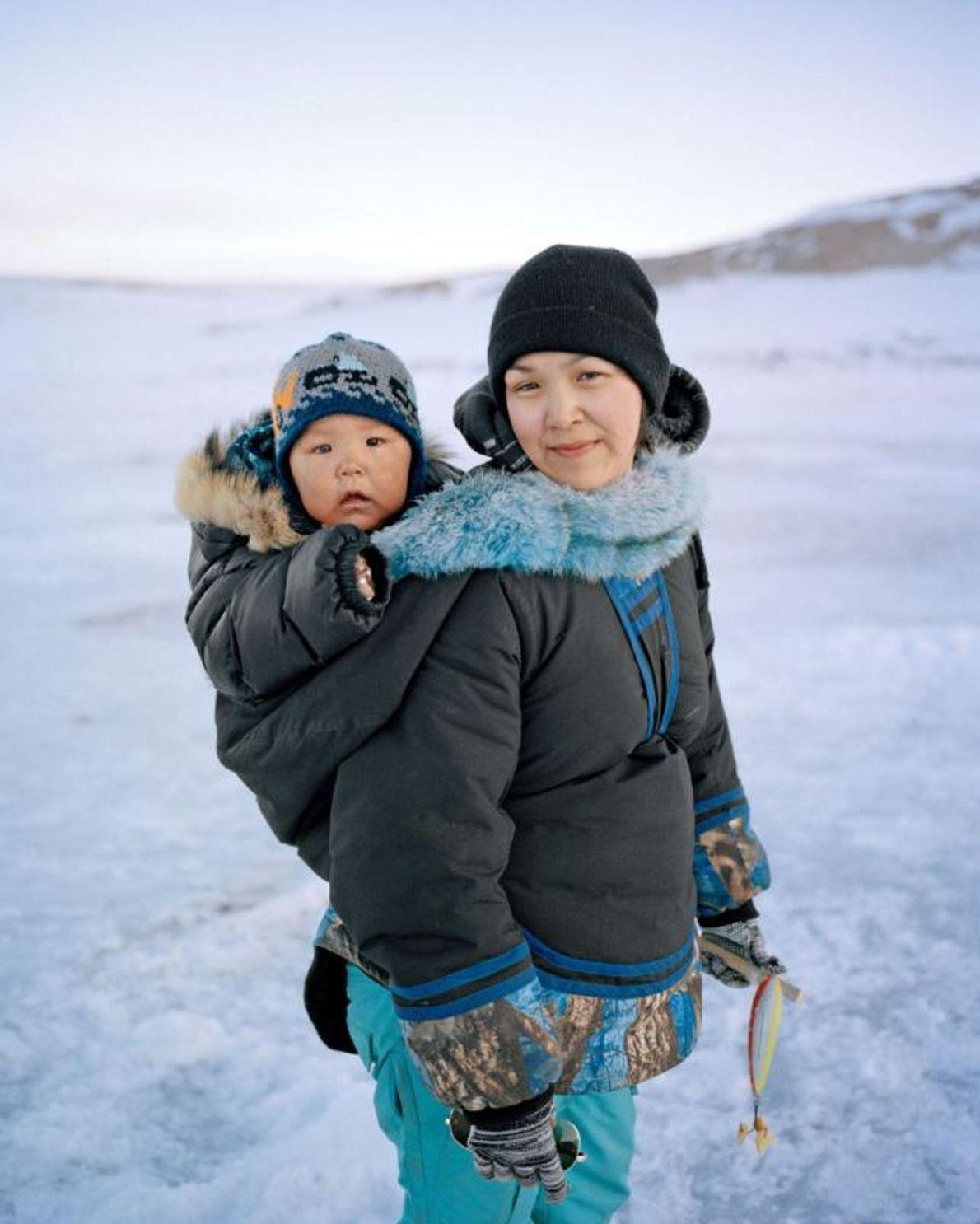 Blotti dans un amauti (une parka avec porte-bébé intégré) Spencer accompagne sa mère, Clara Itturiligaq, au ...