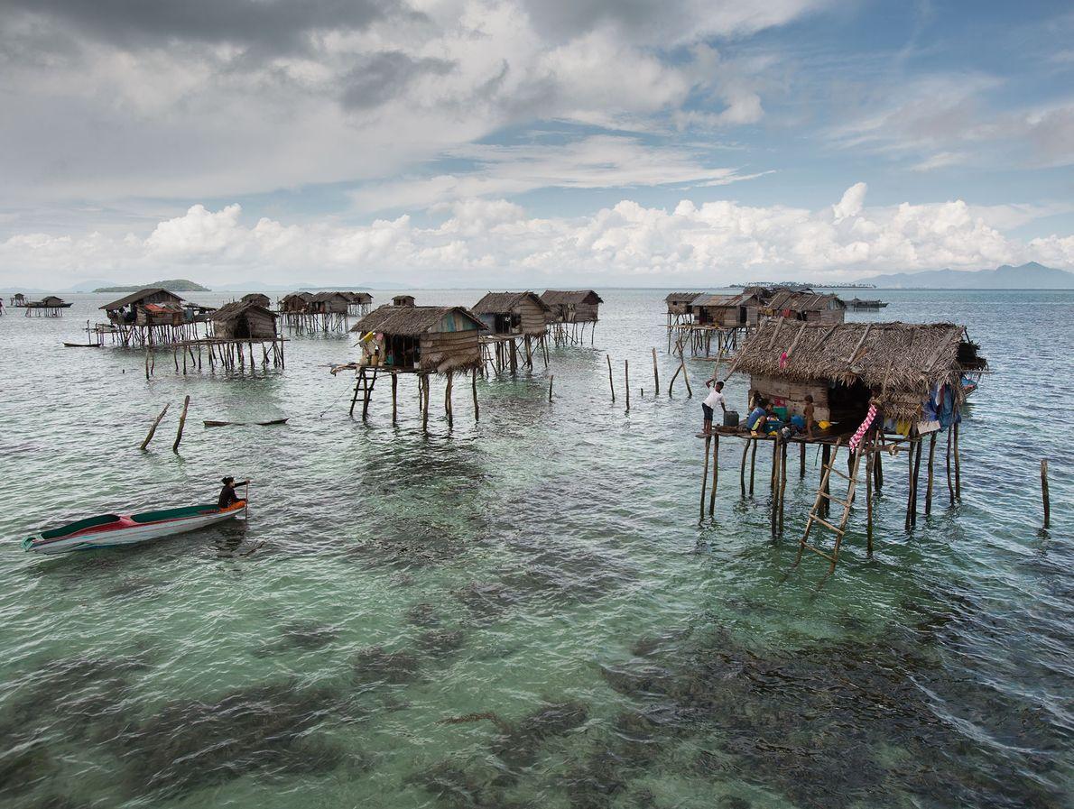 Les maisons sur pilotis du peuple Bajau se trouvent au large de l'île de Bodgaya.