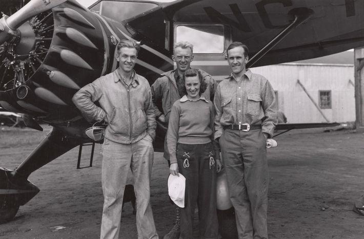 L'équipe pose, le temps d'une photo, avant de s'envoler pour Fairbanks en Alaska, pour entamer une ...