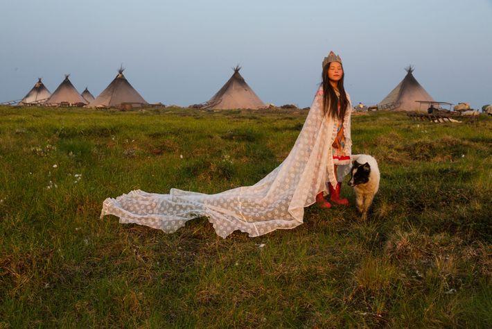 Vêtue d'un rideau et d'une couronne de carton, Kristina Khudi est sacrée « princesse de la ...