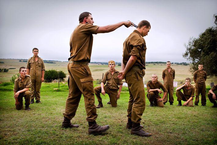 Les kommandokorps sont un groupe sud-africain de survivalistes qui organisent des camps d'entraînement pendant les vacances ...